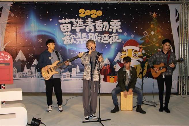 苗栗縣政府首次舉辦耶誕晚會,以白色耶誕為主題,1日邀請流行樂團Noovy為活動暖身。(何冠嫻攝)