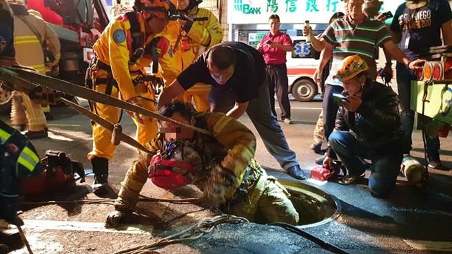 高雄市驚傳下水道工安意外,工人被救出時均失去生命跡象,全身沾滿淤泥。(民眾提供/袁庭堯高雄傳真)