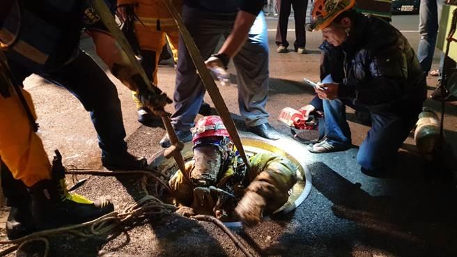 高雄市驚傳下水道工安意外,2名工人被救出時均失去生命跡象,送醫不治。(民眾提供/袁庭堯高雄傳真)
