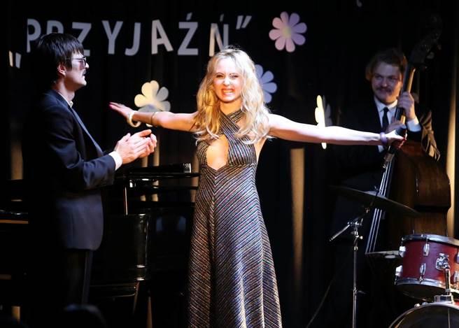 賈絲蒂娜在新作《只有悲傷才是美麗的》飾演一名Pub女歌手。(海鵬提供)
