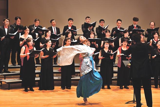 海歸人聲合唱團於11月30日晚間在台北松菸誠品表演廳舉行創團音樂會,以《世界恬靜落來的時》為主題,用溫暖而優美的歌聲為台灣與世界各地受到疫情苦難的人們祈福。圖/海歸人聲合唱團提供