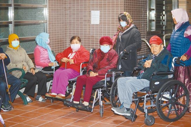 印尼移工新冠肺炎移入個案暴增,中央流行疫情指揮中心昨日宣布12月4日起暫停引進印尼籍移工2周。圖為印尼看護推著雇主到庭院聊天。(陳怡誠攝)