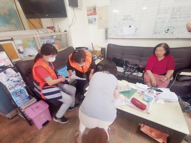 高雄市監理所人員30日到「高統車行」調查,高統車行董娘李雪娥(右一)表示,翻覆遊覽車靠行2年。(柯宗緯攝)