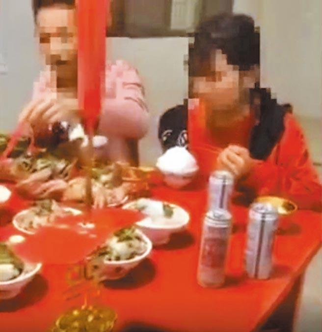 大陸農村早婚問題頻傳,17歲男生迎娶14歲少女,影片中的幼稚身軀和新婚場景顯得格格不入。(截圖自新京報)
