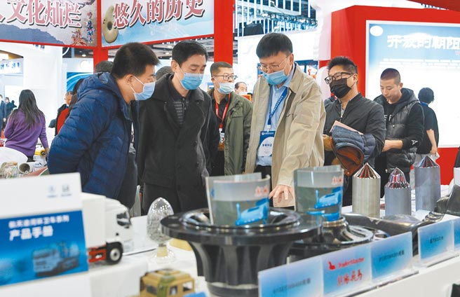 大陸民間投資逐步恢復。圖為11月13日,瀋陽召開遼寧國際投資貿易洽談會,參觀者在展覽上尋找投資機會。(新華社資料照片)