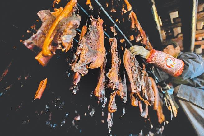 燻烤中的臘肉。(新華社資料照)