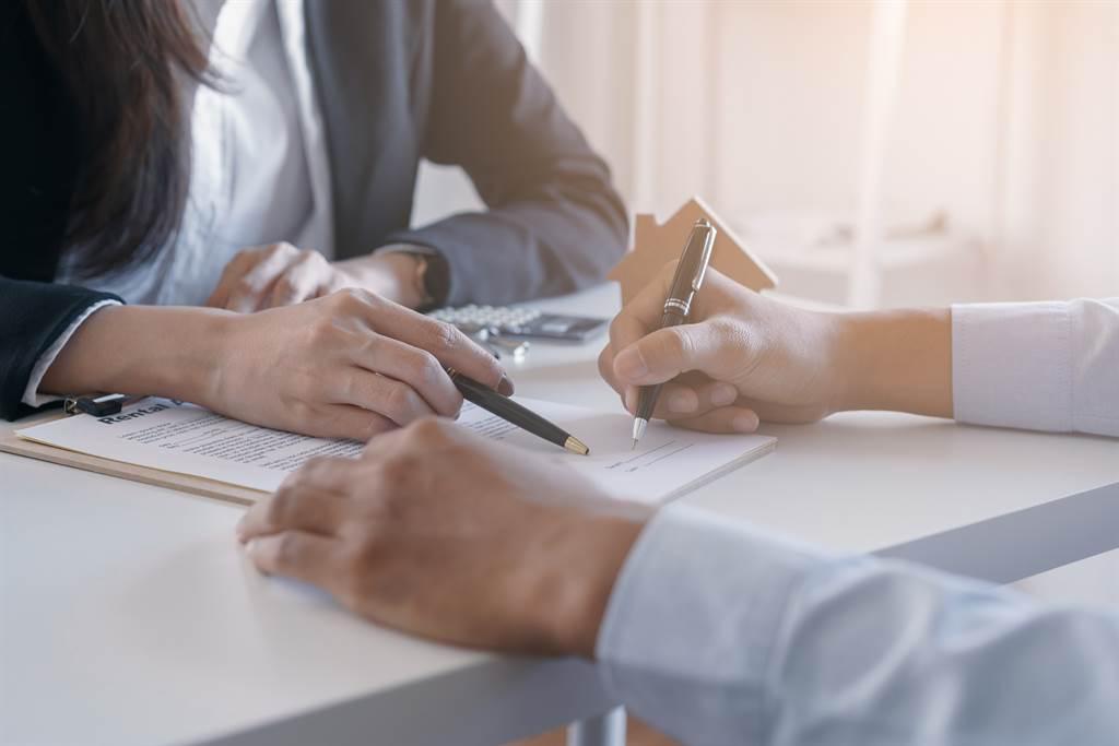 準岳母要求男子簽婚前財產契約,契約內容讓他覺得相當不合理。(示意圖/達志影像/Shutterstock提供)
