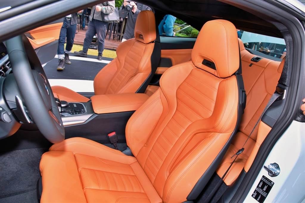 M440i標配、430i選配之雙前座M款跑車座椅,在新世代車型上還增加安全帶自動遞送裝置。