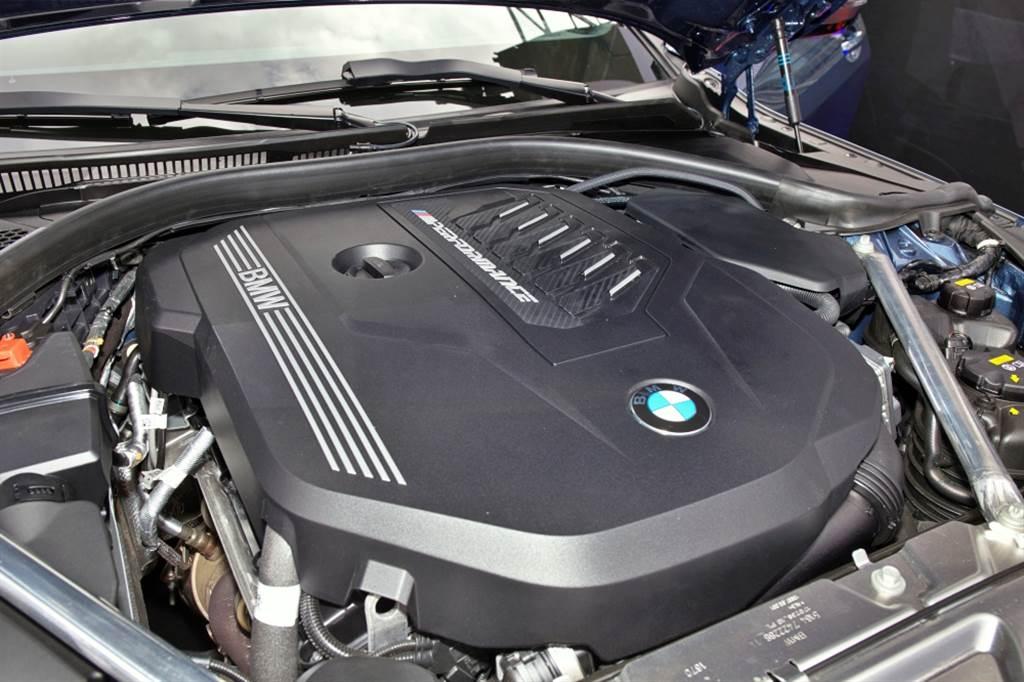 M440i xDrive搭載3.0升直六渦輪增壓引擎,搭配48V高效複合動力系統,提供374hp+11hp最大馬力。