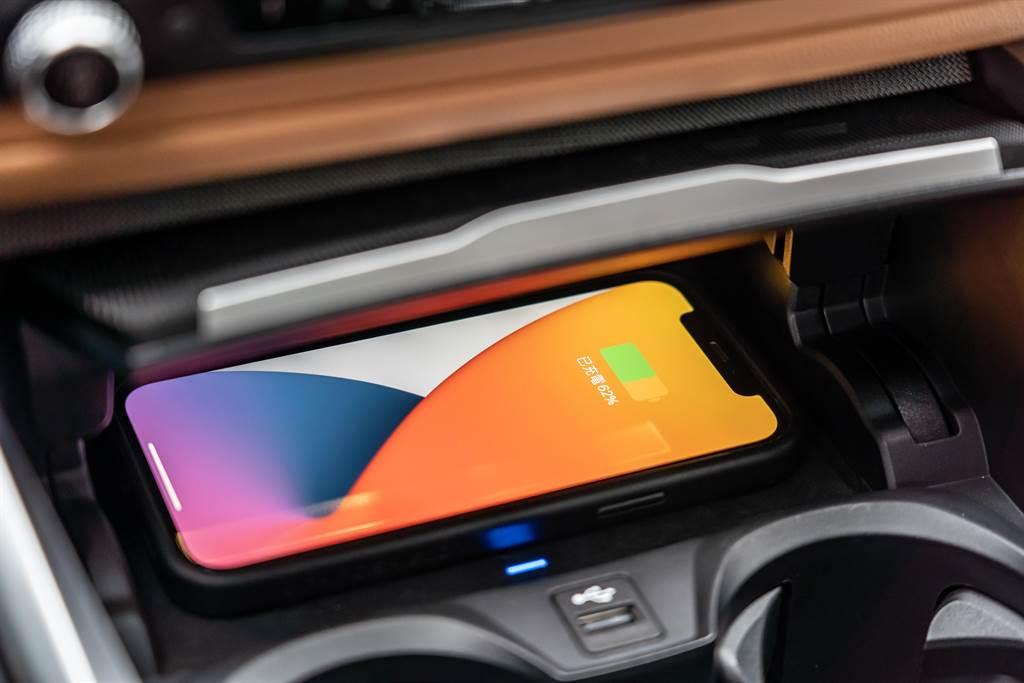 將iPhone手機置於無線充電板上,即可透過NFC感應,啟動引擎。