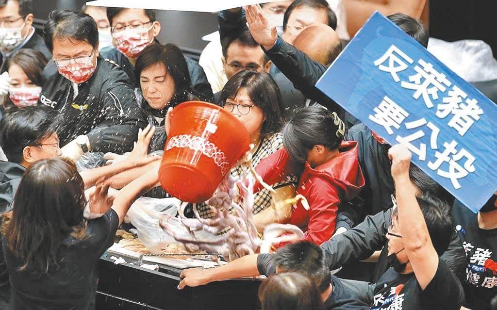 國民黨立委為阻止行政院長蘇貞昌在立法院進行施政報告,在國會大丟豬內臟。(圖/本報系資料照片)