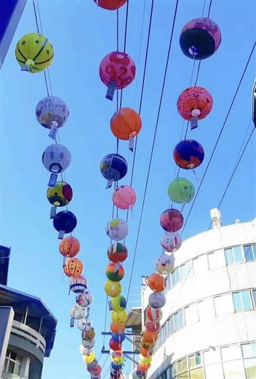 竹山鎮籌辦竹藝燈會,竹製燈籠已掛上街區。(竹山鎮公所提供/廖志晃南投傳真)