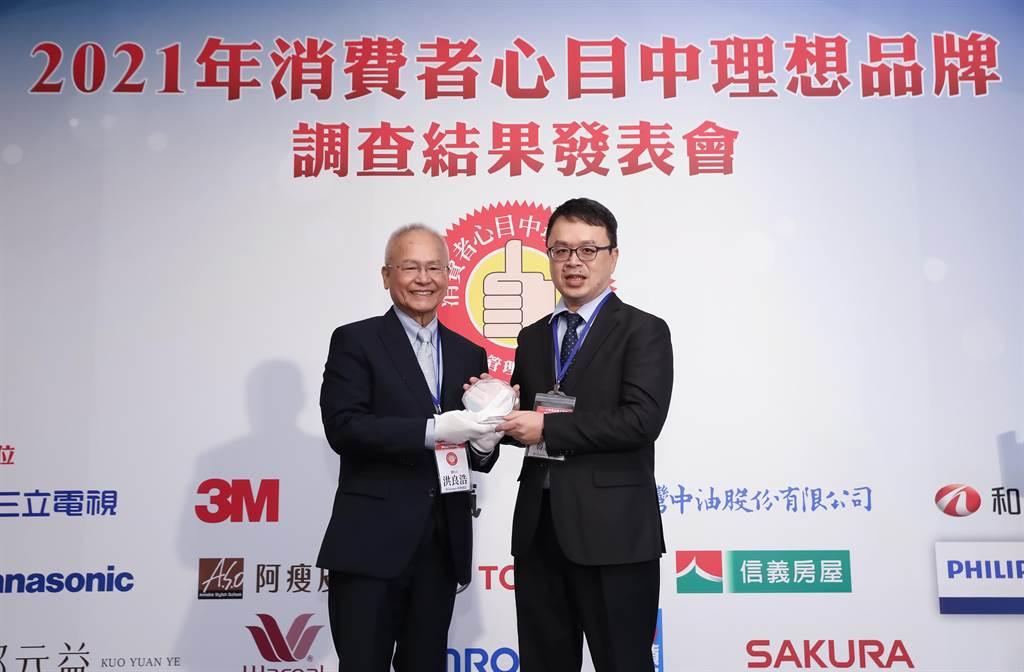 《管理雜誌》發行人洪良浩(左)頒發「消費者心目中理想品牌第一名」獎項予和泰汽車TOYOTA車輛部部長韓志剛(右)。