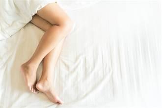 輕熟女看護睡死 男看護狂舔她腳趾 還拉去蹭下體