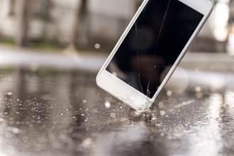 學生帶手機到學校 老師暴怒令狠砸地板:不夠大力繼續砸