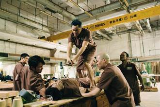 「香港竹野內豐」慘遭爆虐胸口碎大石還被狠抓下體拍《逃獄兄弟》全身是傷
