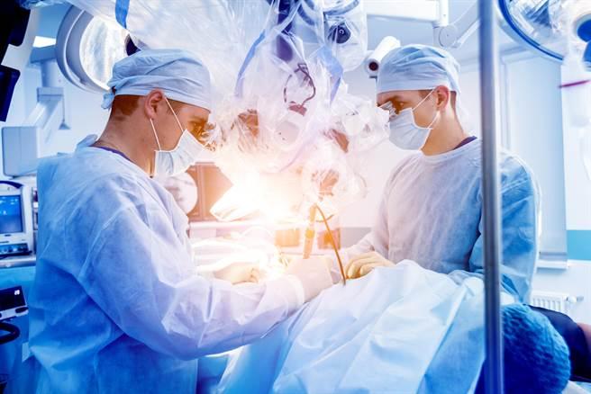 一位外科醫生在一次手術中沾染到愛滋病患者血液,在24內展開自救,經歷了最難熬的一個月。(圖/Shutterstock)