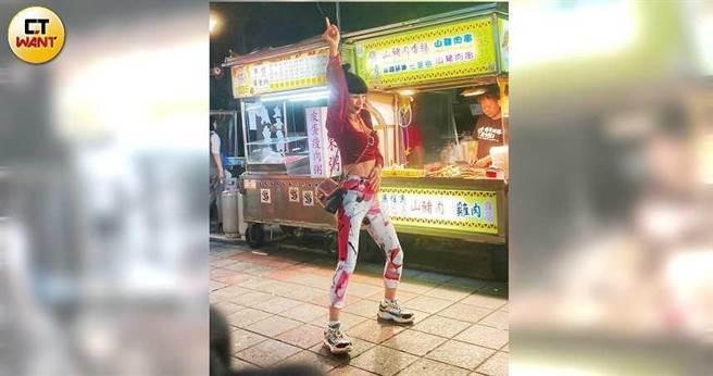 難得來台趴趴走,白靈到寧夏夜市享受台灣美食,好心情展露無遺。(圖/本刊攝影組)