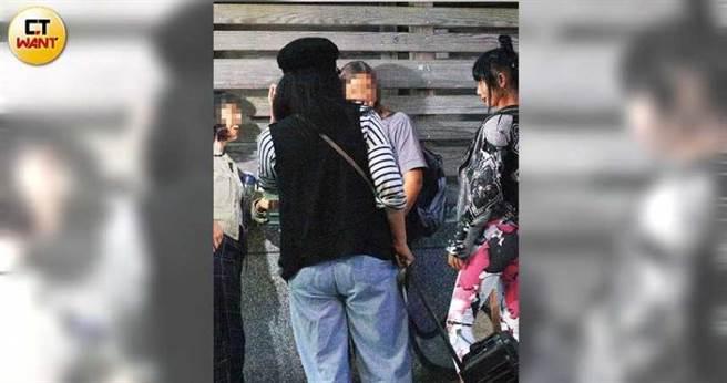 遇到外國遊客,白靈也開心地與對方聊天。(圖/本刊攝影組)