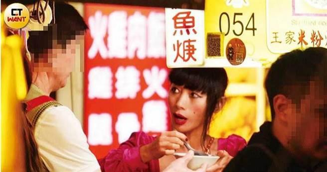 白靈在夜市裡嘗試許多台灣小吃,並為粉絲簽名及合照。(圖/本刊攝影組)