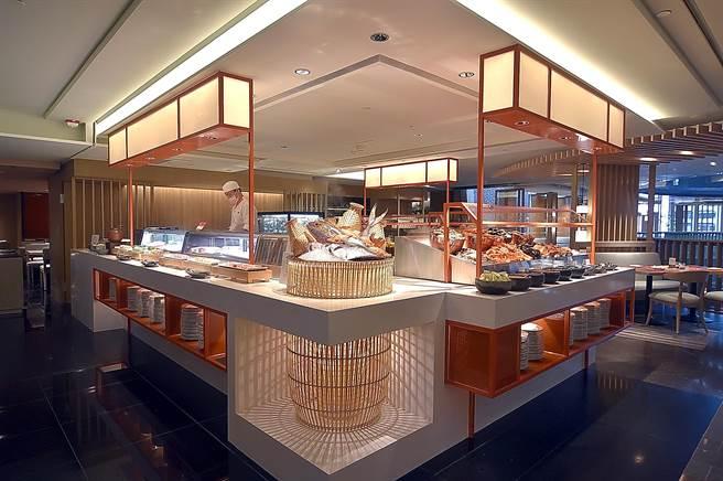 香格里拉台北遠東國際大飯店自助餐廳〈遠東Cafe'〉改裝,為迎合國人喜好,新設「海鮮餐檯」提供多樣蝦蟹魚貝海鮮供客人吃到飽。(圖/姚舜)