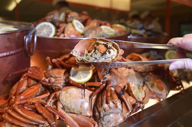 斥資8000萬元改裝的方〈遠東Cafe'〉自助餐廳,「海鮮餐檯」上單是螃蟹就有7種以上選擇。(圖/姚舜)
