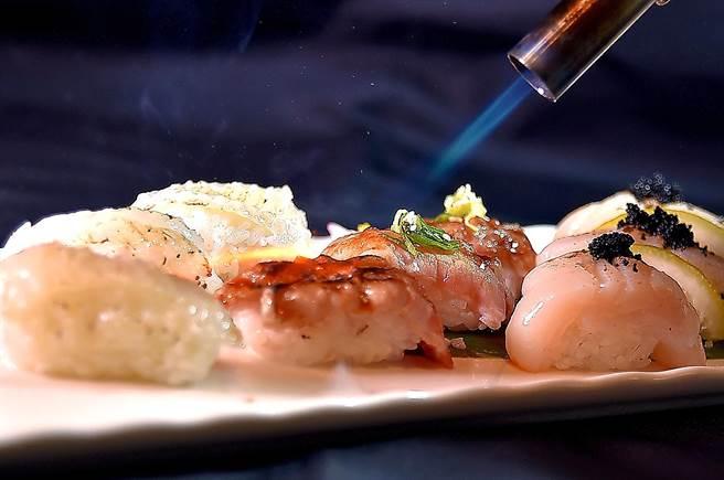 炙燒比目魚鰭邊肉、日本和牛,以及北海道大干貝,〈遠東Cafe'〉壽司檯上的炙燒握壽司食材用料高檔。(圖/姚舜)