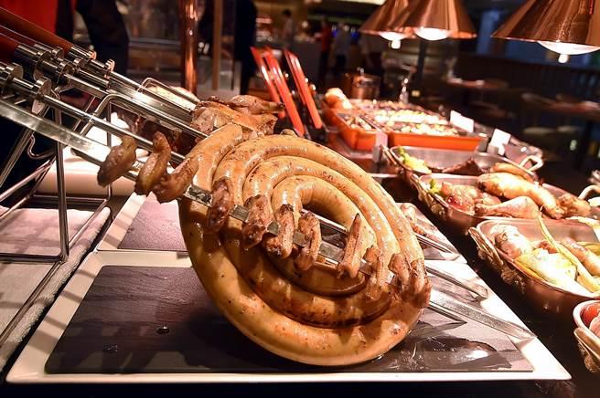 除牛羊雞豬直火炭烤外,〈遠東Cafe'〉Buffet餐廳「炭烤區」亦提供特大號炭烤肉腸滿足食客。(圖/姚舜)