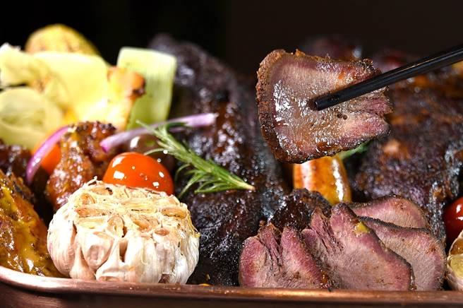 〈厚切煙燻炭烤牛舌〉不再只是燒肉店專屬菜式,香格里拉台北遠東國際大飯店自助餐廳〈遠東Cafe'〉也吃到飽。(圖/姚舜)