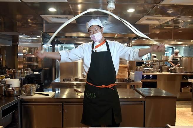 〈遠東Cafe'〉的「手工麵點區」,麵點主廚馮永田每日午、晚餐都用精彩演出「甩麵秀」。(圖/姚舜)