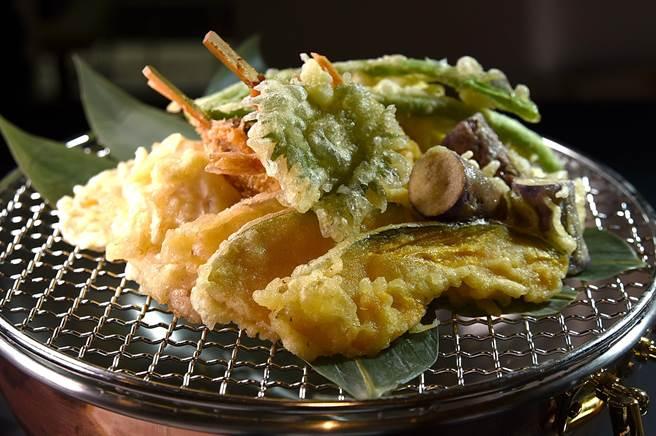 〈遠東Cafe'〉自助餐廳的「日式天婦羅串炸區」,每個餐期提供至少7款以上經典天婦羅及關西串炸。(圖/姚舜)