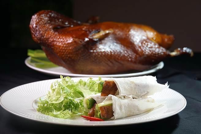 〈遠東Cafe'〉改裝後,吃得到〈香宮〉招牌美食〈果木掛爐烤鴨捲餅〉。(圖/姚舜)
