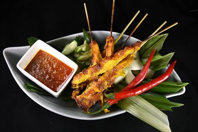 香格里拉台北遠東國際大飯店自助餐廳〈遠東Cafe'〉的「亞洲風味料理區」,正宗馬來西亞的〈沙嗲〉可無限取食吃到。(圖/姚舜)