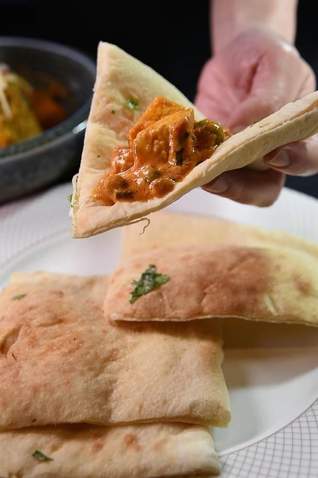 〈遠東Cafe'〉的「亞洲風味料理區」,食客可以印度咖哩配印度烤餅。(圖/姚舜)