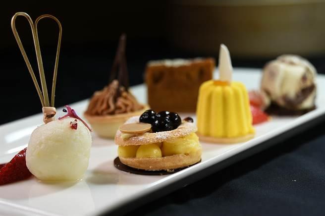 除西式甜點外,〈遠東Cafe'〉自助餐廳的「繽紛甜點區」的甜點,多數採個人化分量製作,並以蛋糕櫃保鮮。(圖/姚舜)