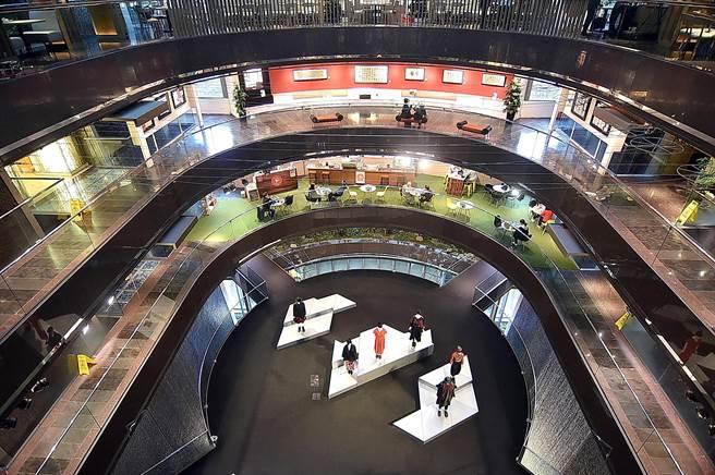位在香格里拉台北遠東國際大飯店6樓的〈遠東Cafe'〉自助餐廳,可以俯瞰遠企購物中心。(圖/姚舜)