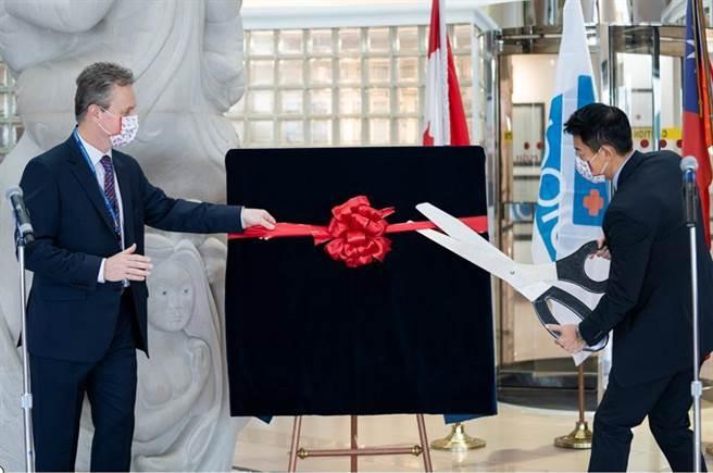 保瑞加拿大廠接廠儀式,右為董事長盛保熙。(圖/公司提供)