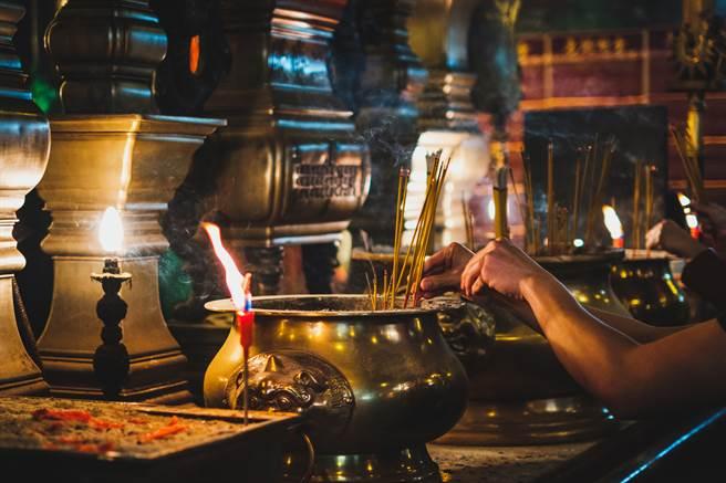 宮廟的男乩童對信眾有好感,竟騙對方吃下威而鋼後,為其口交得逞。(示意圖/達志影像/Shutterstock提供)
