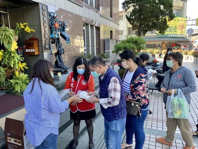 埔里鎮公所至4日止免費發送限量的埔里醮好文創口罩,吸引大批民眾上午排隊索取。(黃立杰攝)