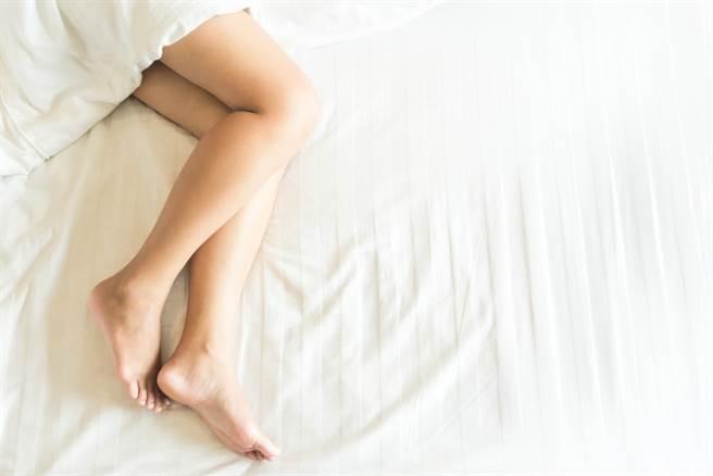 基隆一位男看護心儀另位女看護多時,竟趁對方睡覺時潛入病房,蹲在床邊偷舔腳,慘被移送法辦。(示意圖,非本新聞圖片/Shutterstock,達志影像提供)