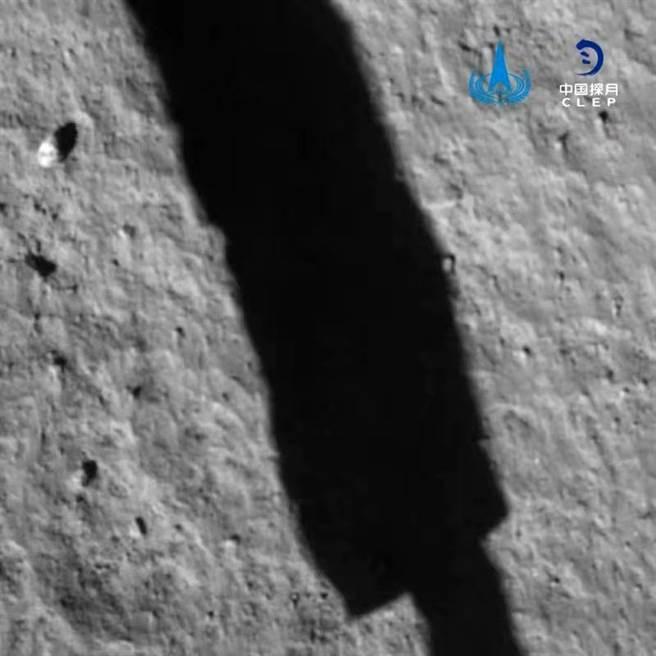 嫦娥5號著陸月表的即時照片,陰影是嫦娥5號的登陸腳架。(圖/CNSA)