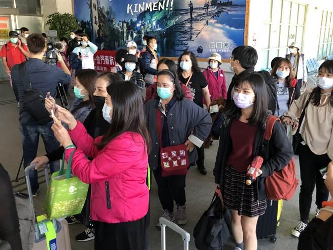 搭乘包機直航金門的花蓮鄉親,在尚義機場開心自拍留念。(李金生攝)