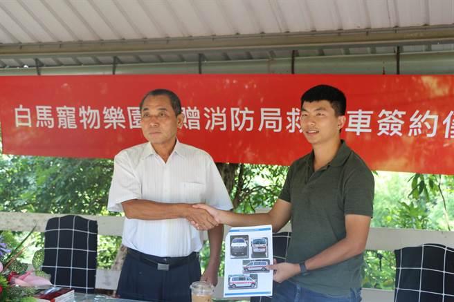白馬寵物樂園捐贈價值312萬元救護車給台南市消防局下營分隊,專用於救護車使用的車輛。(柯宗緯翻攝)