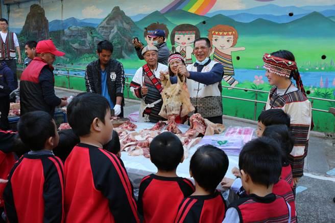 泰興國小辦理民族實驗教育,文化課程教導孩子說泰雅族語及民族生活文化,泰雅文化中,每逢喜事族人就會殺豬分食。(巫靜婷攝)