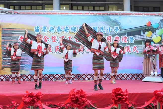 泰興國小辦理民族實驗教育,讓孩子了解族群文化,認同並成為泰雅族人,國小學童展現泰雅族舞蹈。(巫靜婷攝)
