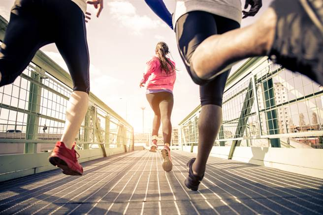 運動對身體的好處多多,哈佛研究指出,劇烈運動12分鐘,短時間就能有效改善心血管疾病。(圖/Shutterstock)