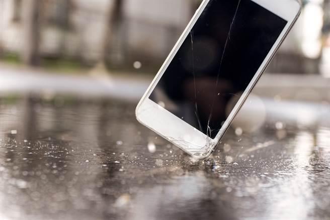 大陸一名老師發現學生帶手機到校,竟要求學生將手機大力砸向地面。(示意圖/達志影像/Shutterstock提供)