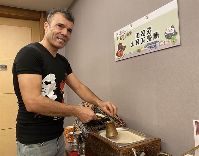 土耳其籍ABi示範用細砂加熱煮出濃郁的土耳其式咖啡。(廖素慧攝)