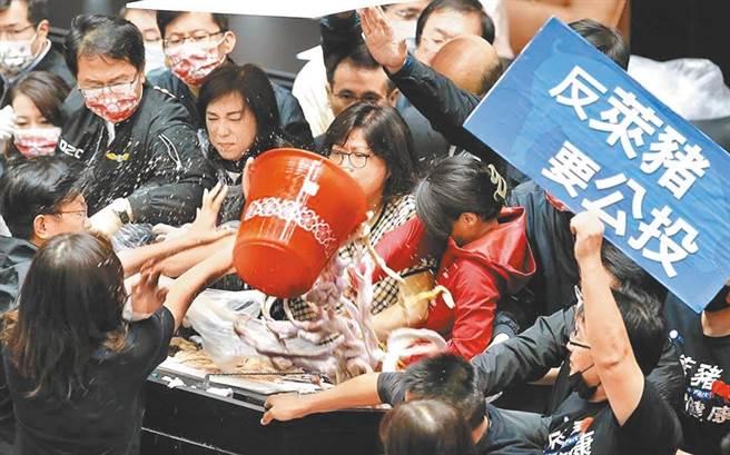 上月底國民黨立委為了阻止行政院長蘇貞昌在立法院進行施政報告,在國會大丟豬內臟。圖/本報系資料照片