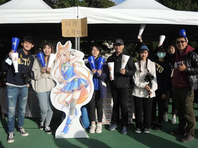 交大虛擬角色妮酷2日現身校慶運動會,開發團隊也在現場邀請學生們一同與妮酷互動。(邱立雅攝)
